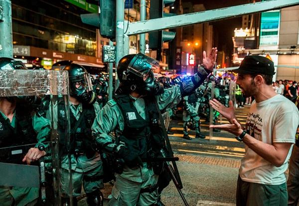 8月3日晚,警方在旺角釋放催淚彈清場。(ISAAC LAWRENCE/AFP/Getty Images)