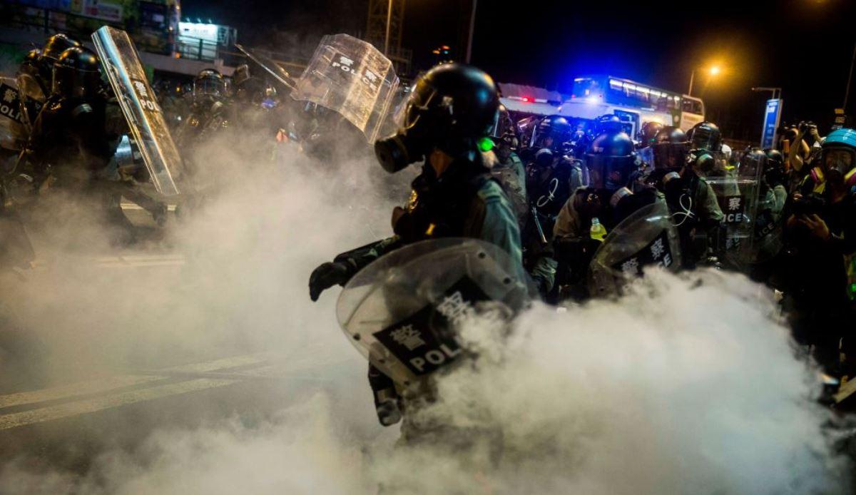圖為香港警員2019年8月4日在香港銅鑼灣區向抗議者發出催淚彈。(ISAAC LAWRENCE/AFP/Getty Images)