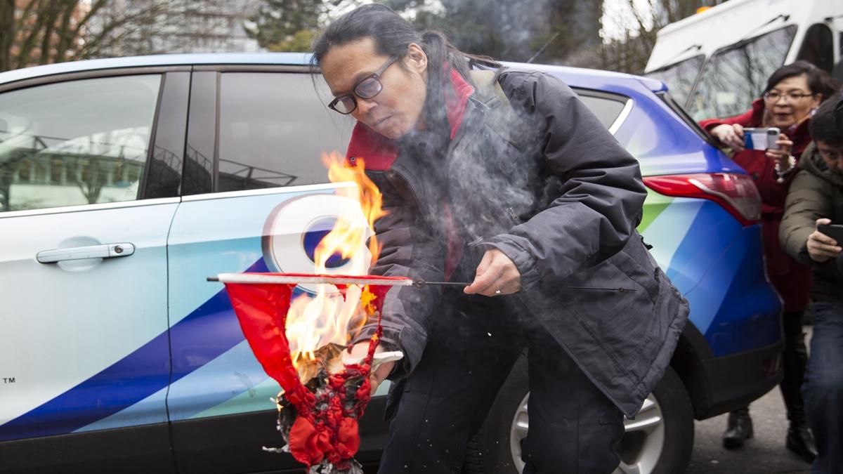 風水大師揭露,其實中共血旗背後藏有令人驚駭的秘密。日光下明火燒血旗,才能驅散邪氣,消除血光之災。示意圖(AFP/Getty Images)