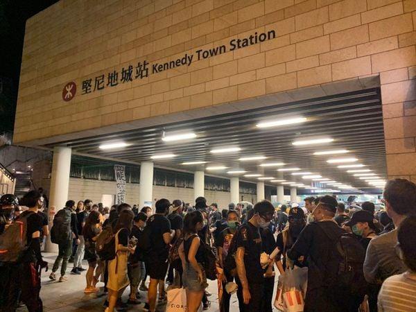 參加8月4日晚香港的西環堅尼地城集會的示威者,在7點半左右就規模離開,前往銅鑼灣,並擠爆集會處的堅尼地城的港鐵站。(駱亞/大紀元)