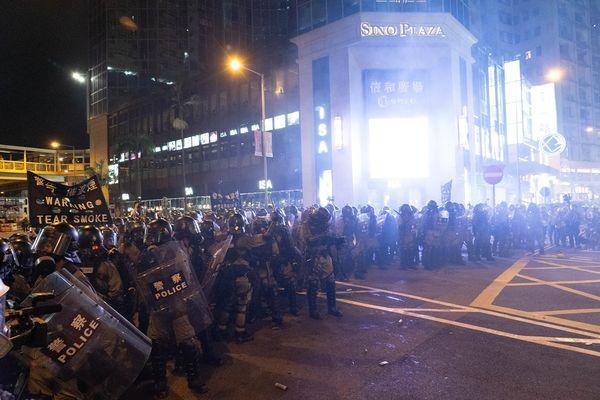 警方其後在銅鑼灣波斯富街(左)和告士打道(右)等處密集施放催淚彈和開槍驅散群眾。(李逸/大紀元)