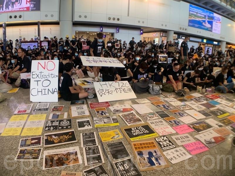 航空業界響應今天的全港大罷工,超過200班來往香港航班取消。圖為7月26日,超過2,500名人參加航空界職員發起的機場集會,抗議警方對反修例示威者採取不恰當暴力行為,及政府和警方無視元朗暴徒襲擊市民。(大紀元資料圖片)