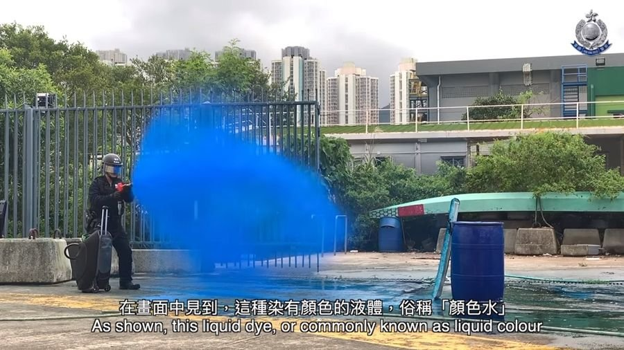 香港警方將噴顏色水識別示威者。(影片截圖)