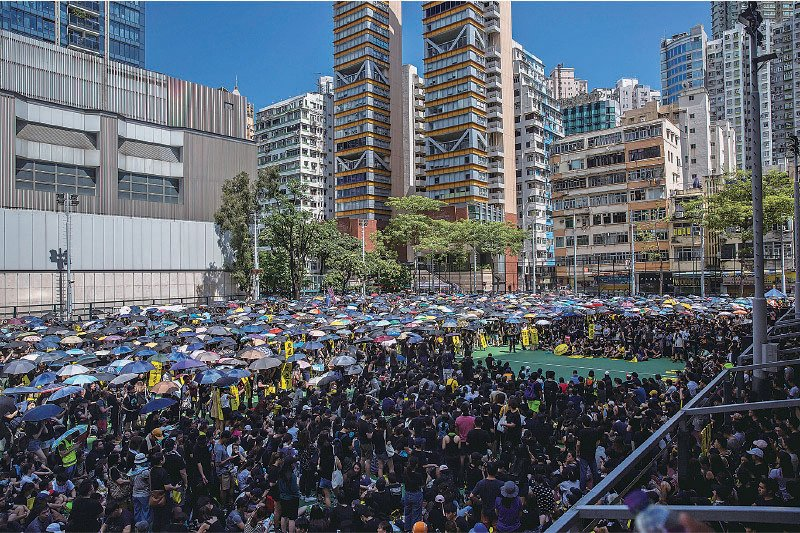 旺角麥花臣球場逼滿了參加罷工集會的市民,由於人數眾多,附近的馬路也坐滿集會市民。(ISAAC LAWRENCE/AFP/Getty Images)