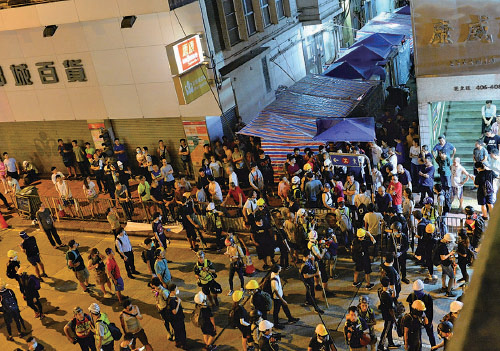 示威者晚上在北角追捕一批曾打毆打示威者的白衣人。(宋碧龍/大紀元)