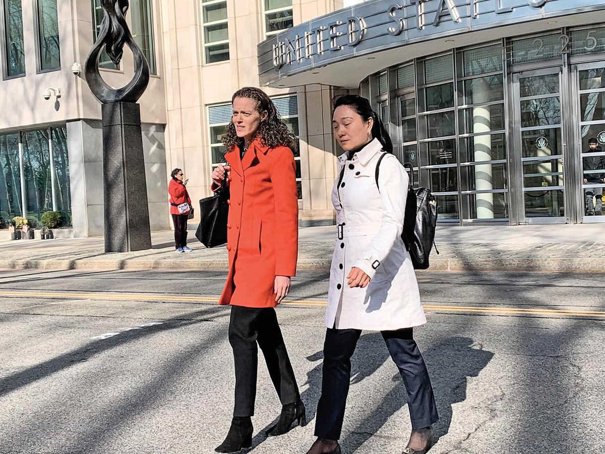 前國航經理林英(音:Ying Lin;右)於2019年4月17日在紐約認罪。(蔡溶/大紀元)
