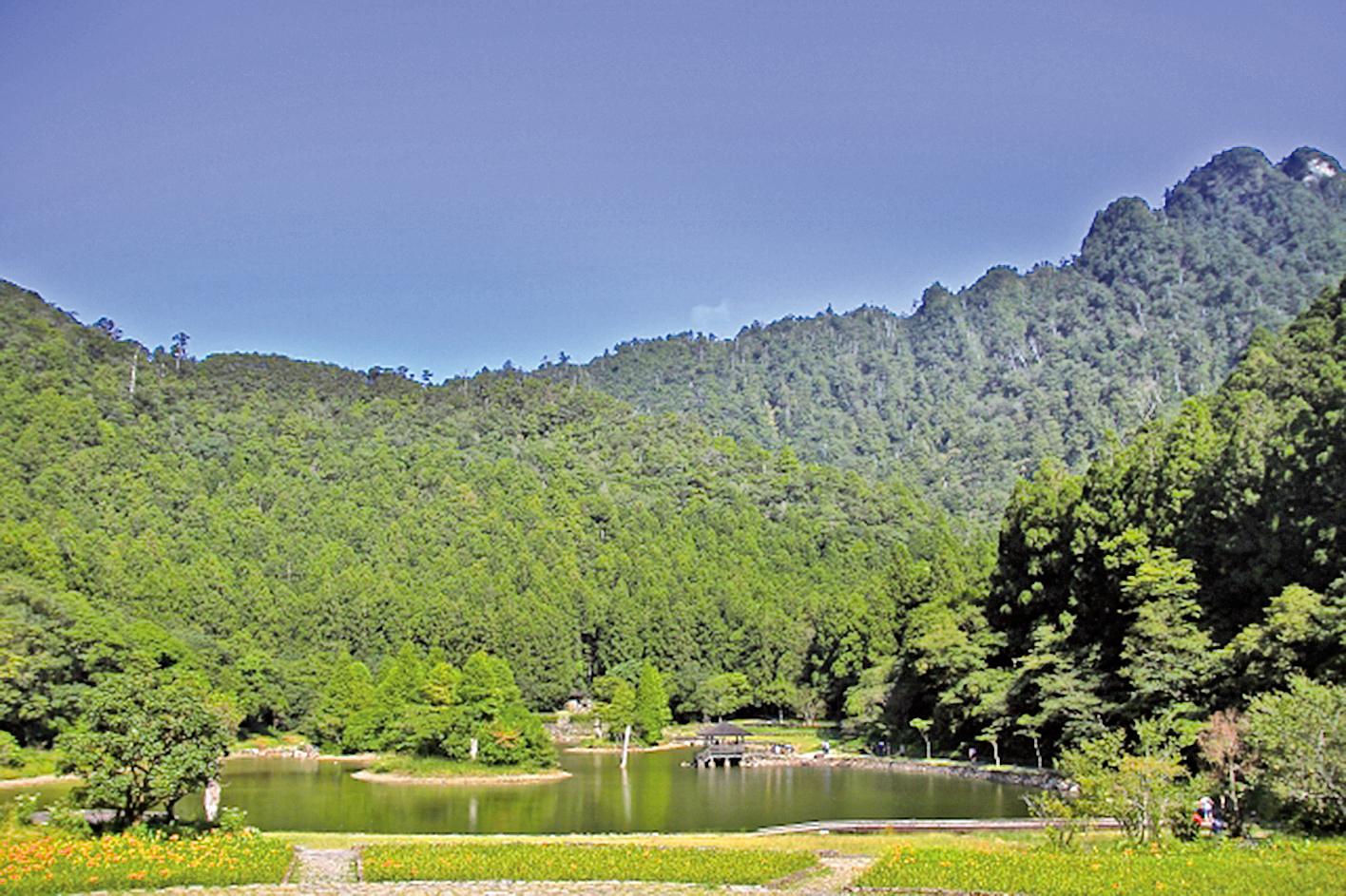 明池充滿形意之美,筆架山與硯台。