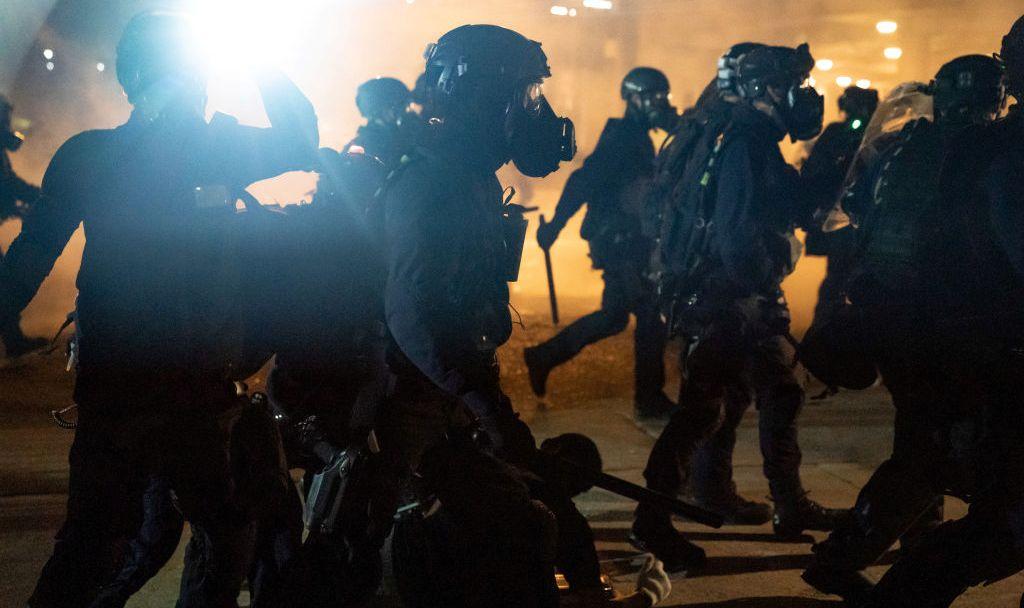 香港反送中持續升級,近幾天,示威者施出武打演員李小龍的「絕招」,進行全港皆成「戰場」的游擊戰術,令警察疲於奔命且惹來更大民怨。(Anthony Kwan/Getty Images)