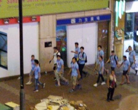 力新廣場出現的藍衣人。(圖片來源:Telegramˍ寶寶channel推特)