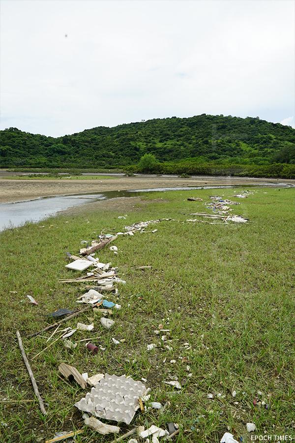 大量的塑膠垃圾隨著潮水湧上岸,形成垃圾帶。(曾蓮/大紀元)