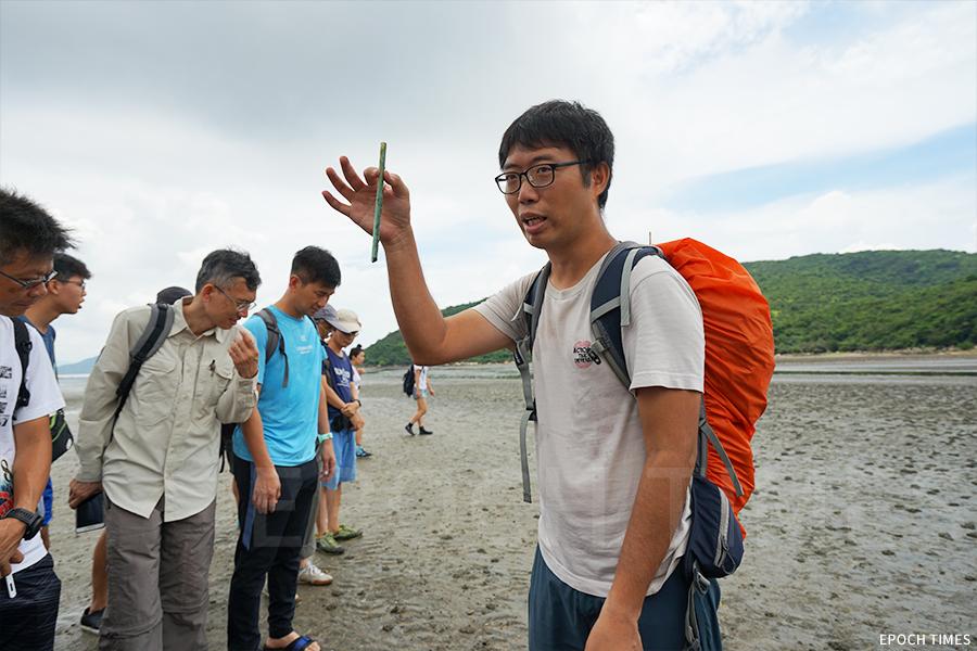 「水口放大鏡」項目經理Michael介紹水口灣面臨的垃圾污染。(曾蓮/大紀元)