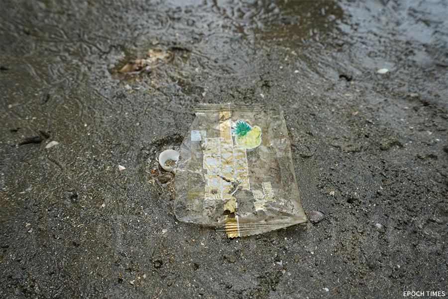 泥灘上的食物包裝袋。(曾蓮/大紀元)