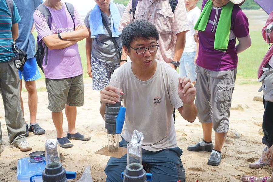 「水口放大鏡」項目經理Michael介紹示範微塑膠萃取器的用法。(曾蓮/大紀元)
