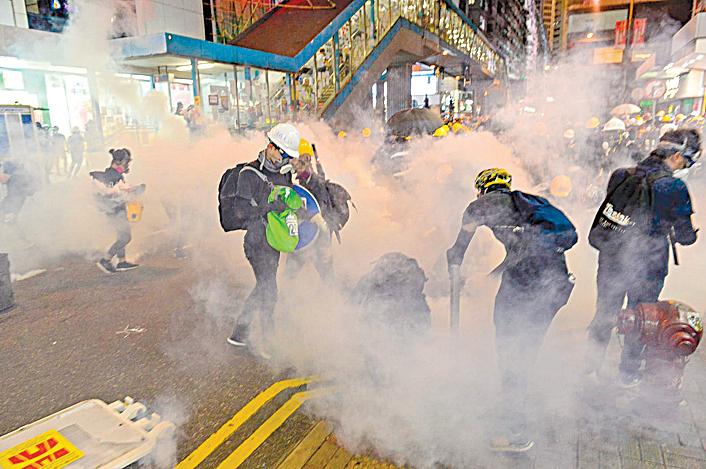 香港警方自6月以來發射超過千枚催淚彈,《大紀元》、新唐人記者在前線採訪多次中彈。但不畏艱險,堅持報道第一線真相給讀者。(宋碧龍/大紀元)