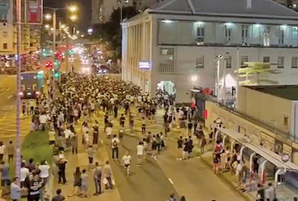 警拘浸大學生會長 千人圍警署遭射催淚彈