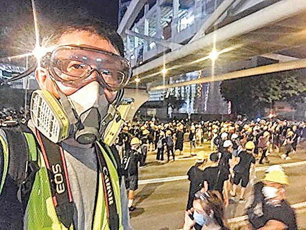 大紀元新唐人攝影記者余鋼在反送中現場即時報道。(大紀元資料圖片)