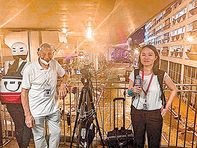 老外攝影師bill(左),已78歲高齡,但一直堅持在第一線做直播報道,圖為他和直播記者黃瑞秋(右)做報道。(李明真/大紀元)