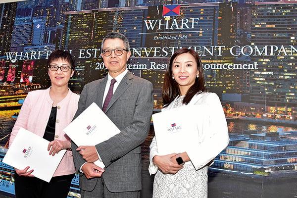 左起︰九倉置業副主席李玉芬、主席兼常務董事吳天海、投資關係經理吳庭欣。(郭威利/大紀元)