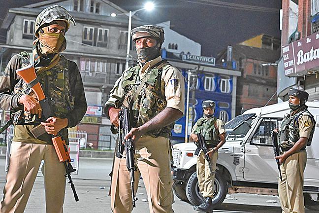 8月4日,印度軍警於查謨—克什米爾邦夏季首府斯利那加(Srinagar)的街頭設置檢查站,數名軍警持槍戒備。(AFP)