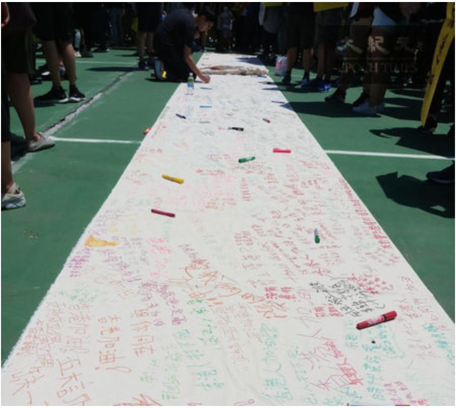 2019年8月5日,香港民間發起罷工、罷課、罷市活動。圖為大埔區民眾自製的連儂牆。(Amber/大紀元)