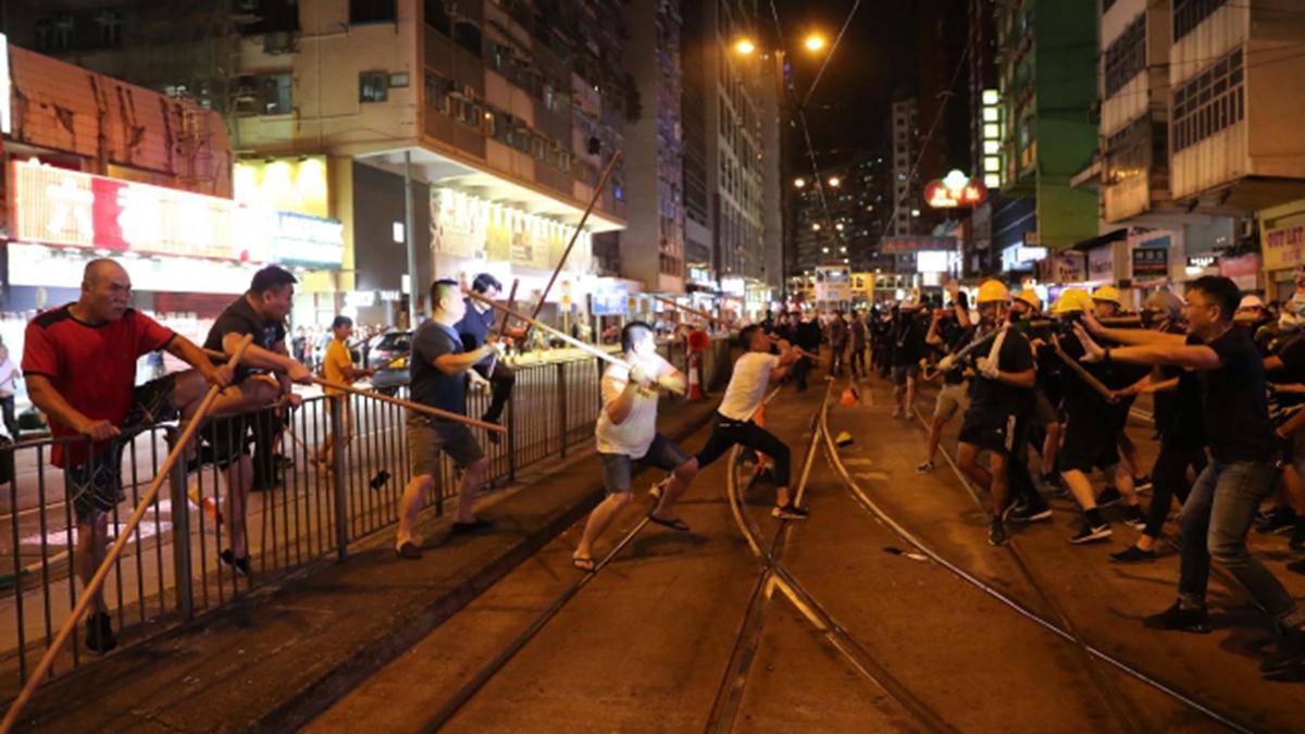 5日當晚福建幫在北角一帶大舉出動,持長棍襲擊黑衣示威者。(香港高登討論區圖片)