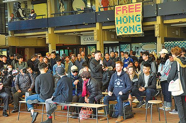 紐西蘭時間6日中午,奧克蘭大學香港學生在校園發起集會,聲援香港「反送中」活動。(易凡/大紀元)