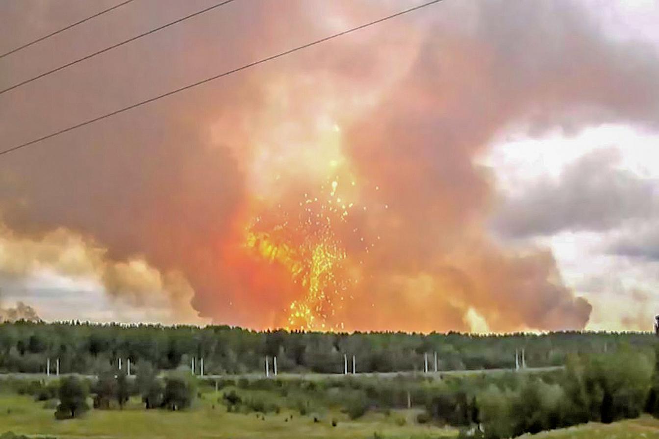 爆炸巨響傳出後,產生的衝擊波直入雲霄,出現大量火光,更有白色碎片四處飛散。(AFP)