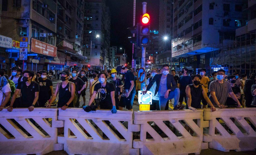 圖為中國香港的部份反送中示威者2019年8月6日在香港深水埠區街道上與防暴警察對抗。(Billy H.C. Kwok/Getty Images)