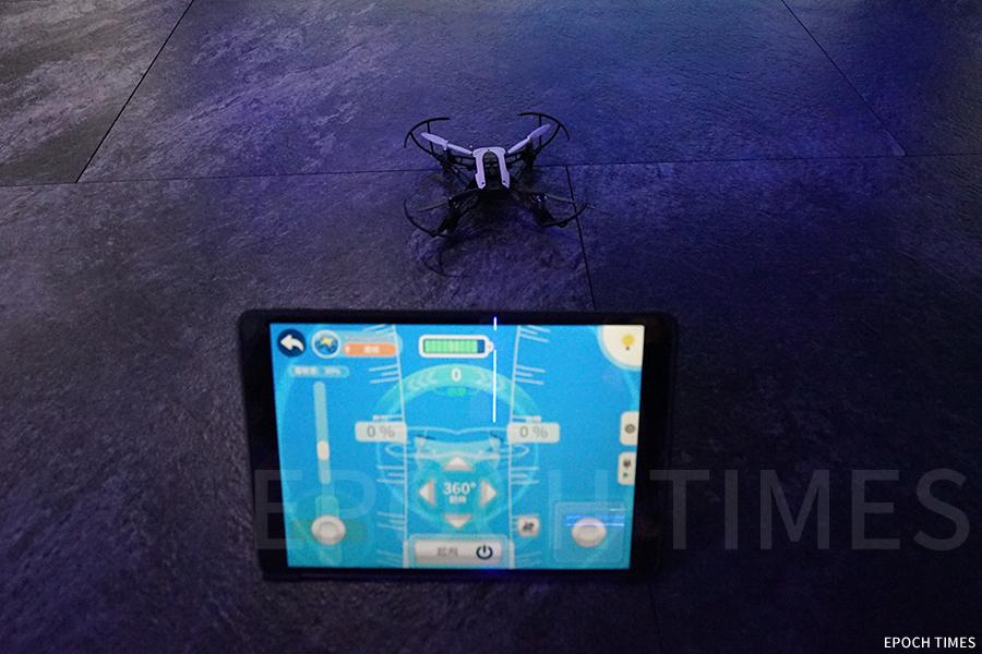 VR ZONE館特色活動——體驗無人機飛行。(曾蓮/大紀元)