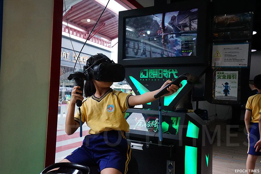 與中史科結合的新科技VR體驗「虎豹騎」,學生置身古代,化身武將披甲上陣。(曾蓮/大紀元)