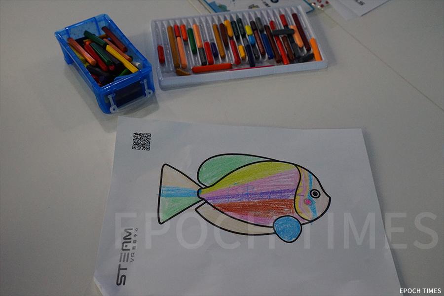 AR主題互動水族館,學生們進行創作屬於自己的熱帶魚。(曾蓮/大紀元)
