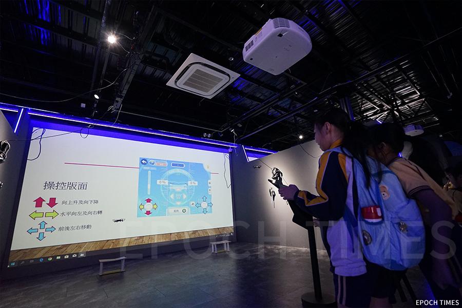 學生在VR ZONE體驗無人機飛行。(曾蓮/大紀元)