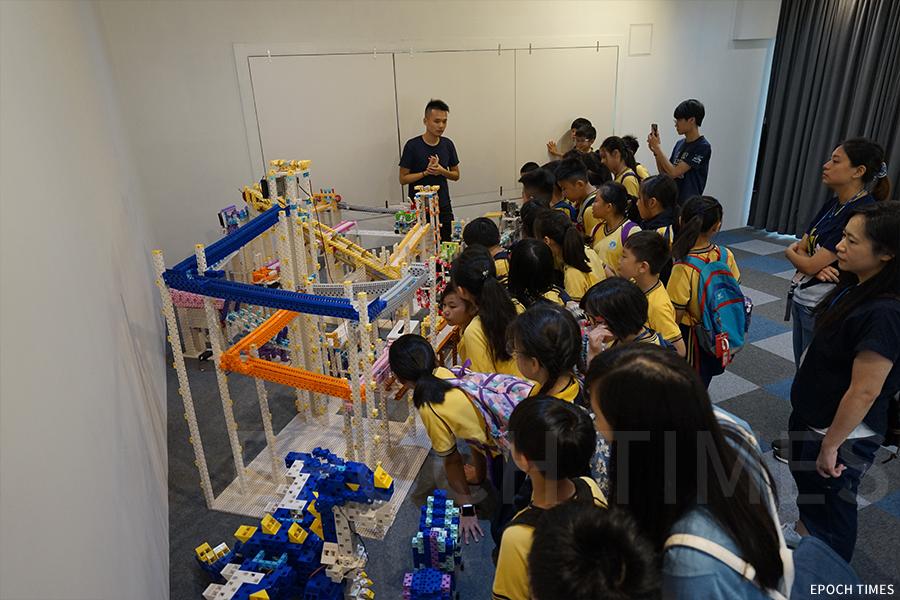 學生們在參觀積木展。(曾蓮/大紀元)