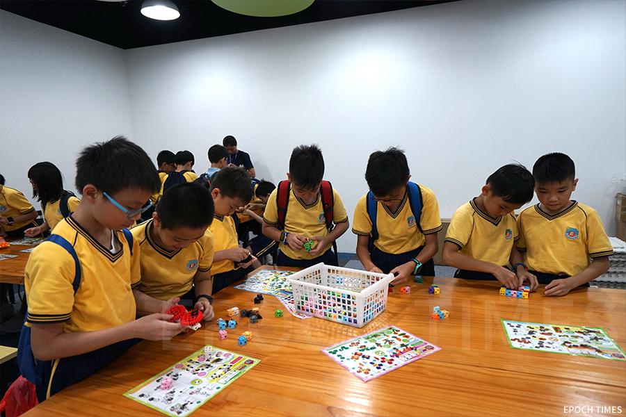 學生們在積木館中動手組合各種動物、植物與建築。(曾蓮/大紀元)