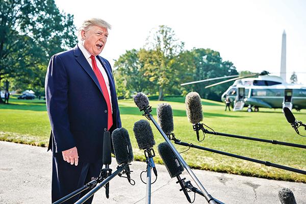 8月7日,美國總統特朗普在白宮南草坪發表講話,談及中美貿易戰的問題。(Getty Images)