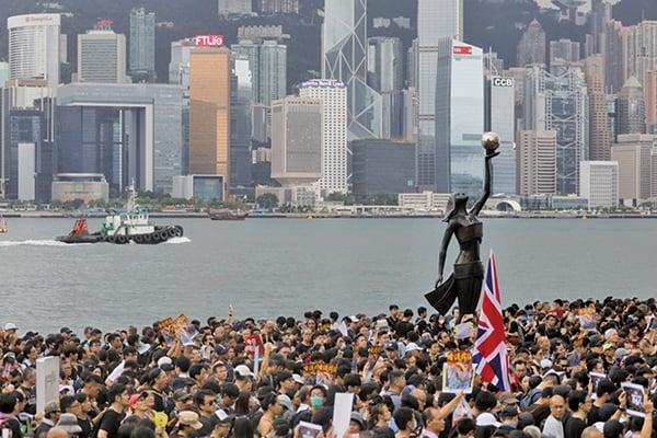 特朗普反制中共,將中國定為匯率操縱國,這令香港國際金融中心的地位更加重要。圖為2019年7月7日,香港九龍反送中大遊行,民眾擠爆街道。(AFP)