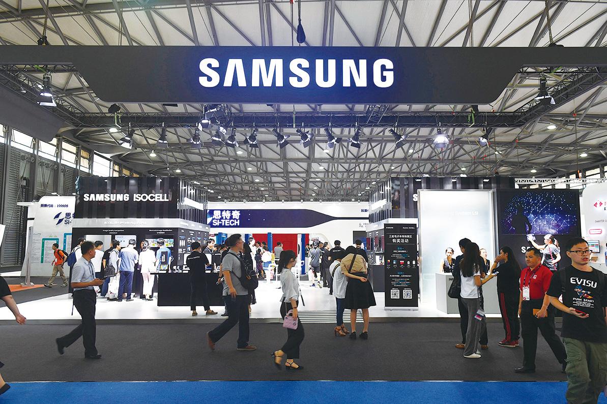 亞洲企業受貿易戰影響最大的產業是半導體產業,其中最具代表性是南韓三星電子,其純利潤跌至4,700億日圓,銳減一半。圖為2018年6月27日,上海移動世界大會期間三星展區。(AFP/Getty Images)