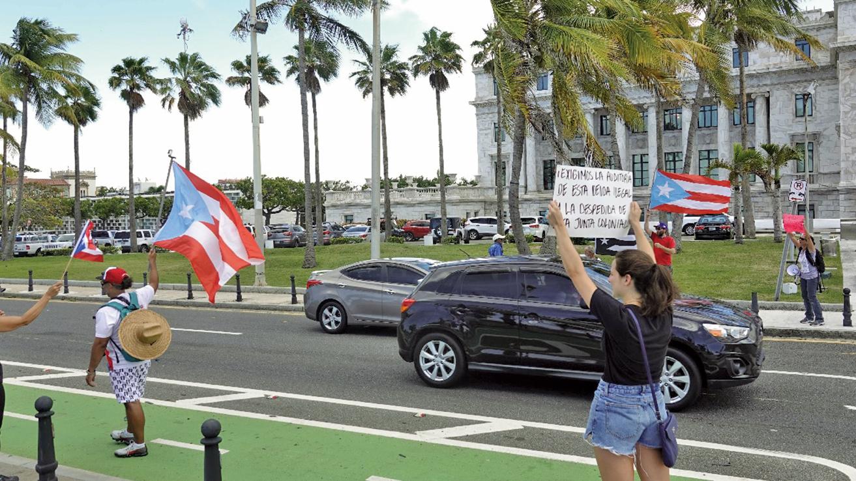 8月2日,波多黎各民眾在邦議院外抗議皮爾路易斯(Pedro Pierluisi)成為總督的繼任人選。(Getty Images)
