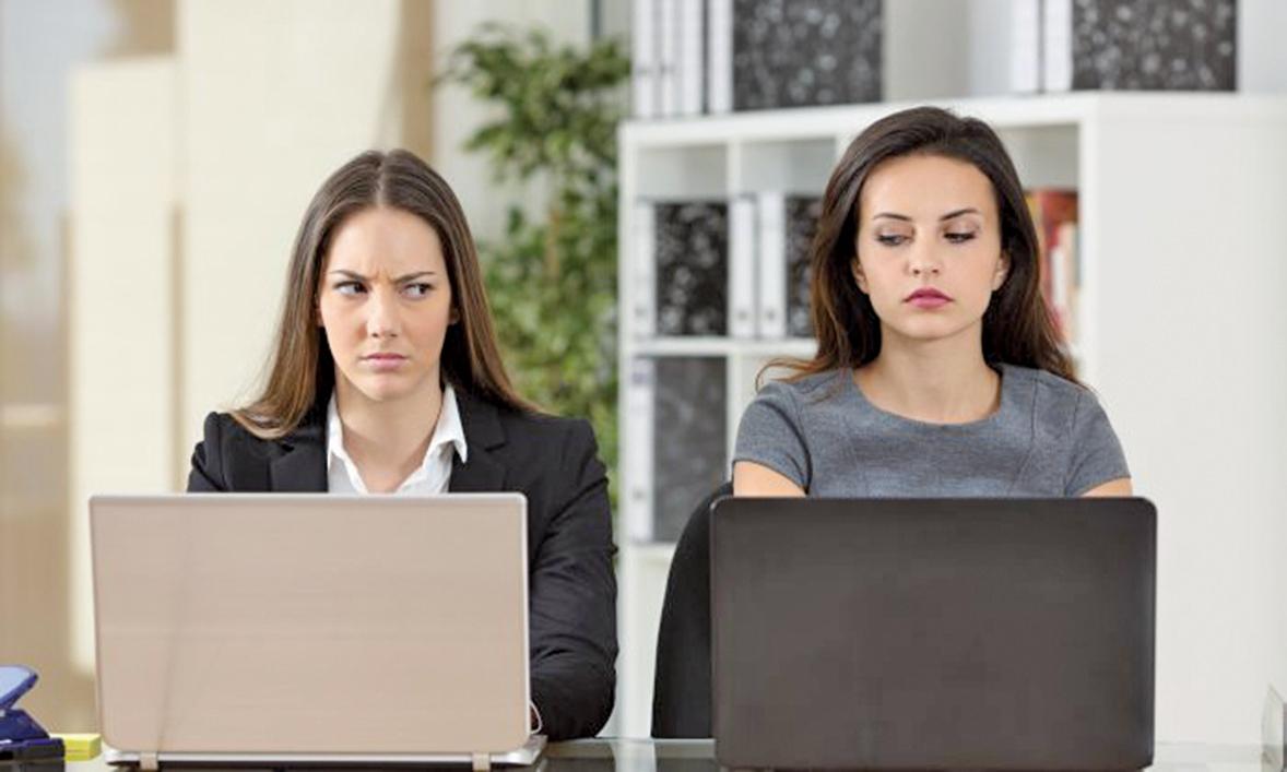 一個糟糕的工作關係可能是造成對工作不滿和衝突的主要根源,失敗的人際關係會讓工作氣氛變的很尷尬。(Shutterstock)
