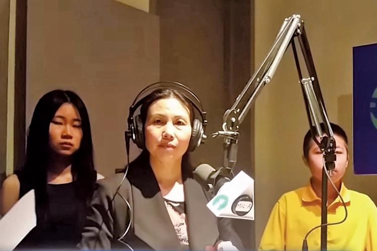為營救丈夫,郭飛雄之妻張青四處奔走,圖為張青與一雙兒女在自由亞洲電台直播室。(影片截圖)