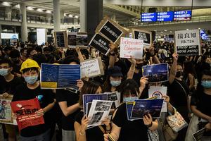 港人連3天「萬人接機」集會 香港機場同步實施管制