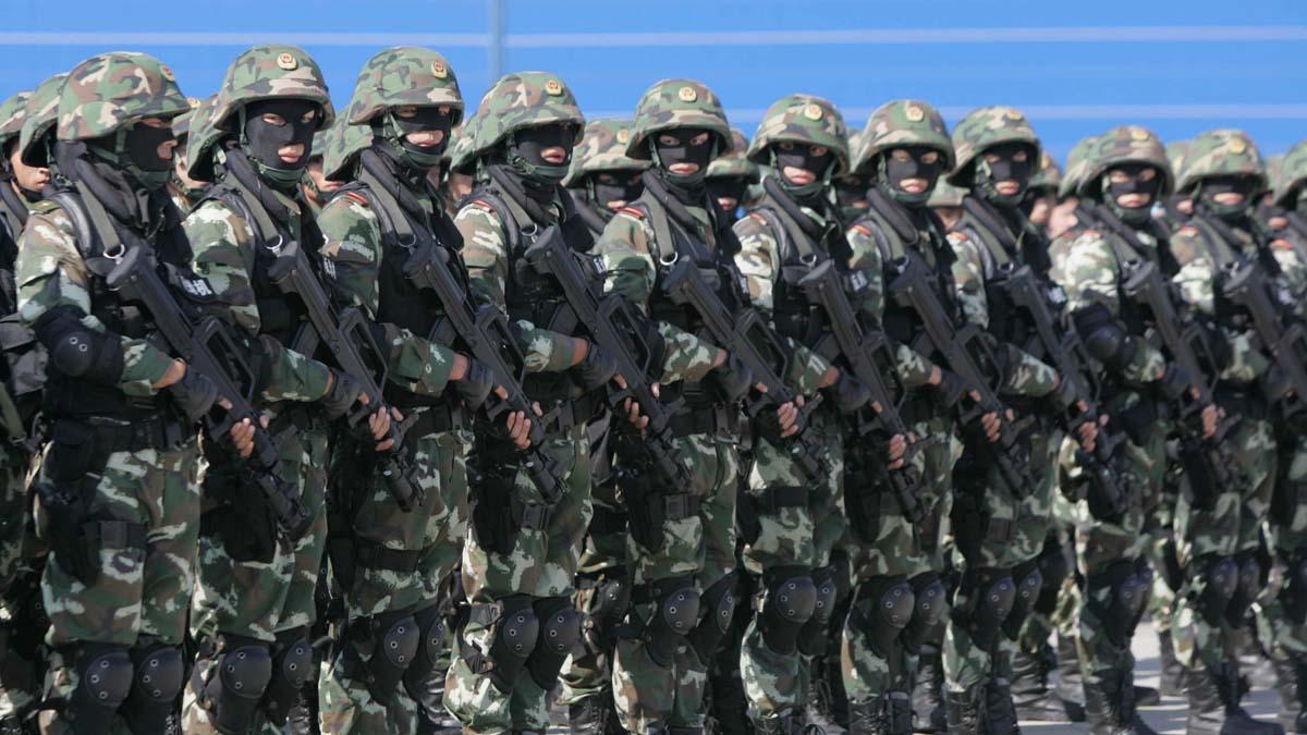 美媒指,中共可能出動武警鎮壓港人。圖為2005年一隻武警部隊在廣州白雲機場演練(示意圖)。(China Photos/Getty Images)