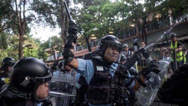 圖為香港反送中抗議中,警察在向示威者揮動警棍。(Chris McGrath/Getty Images)