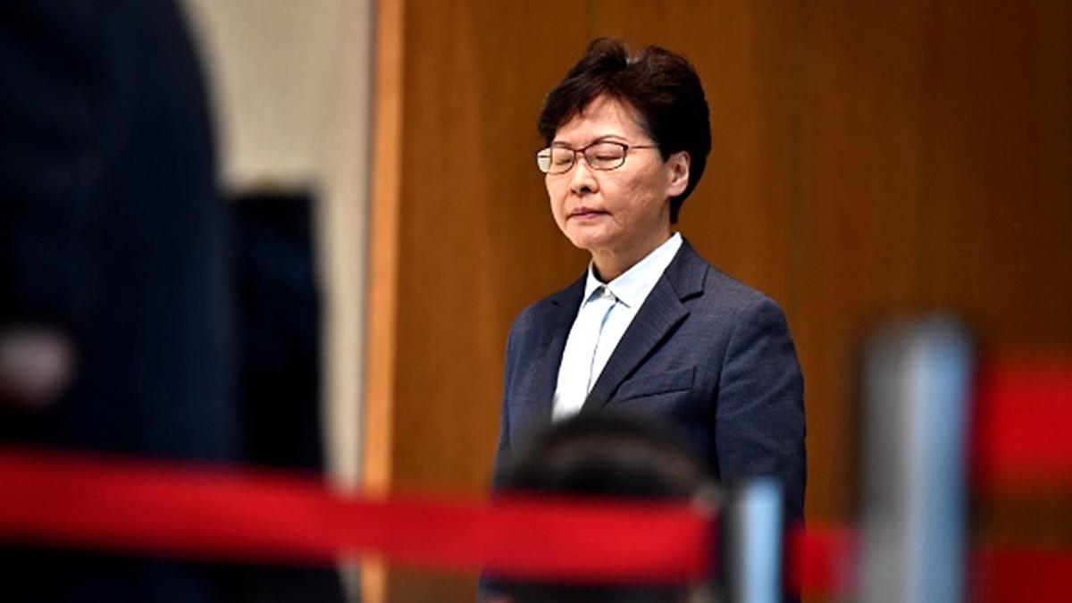 特首林鄭月娥在記者會上,被記者犀利地提問、要求她講人話。(ANTHONY WALLACE/AFP/Getty Images)