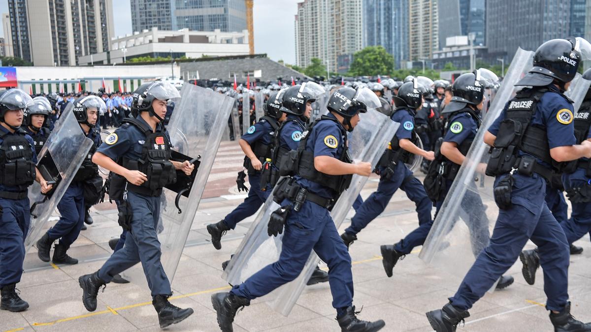 8月8日,中共官媒透露,中共公安部正在部署公安機關開展全警大練兵。外界認為,恐嚇香港意味濃厚。(STR/AFP/Getty Images)