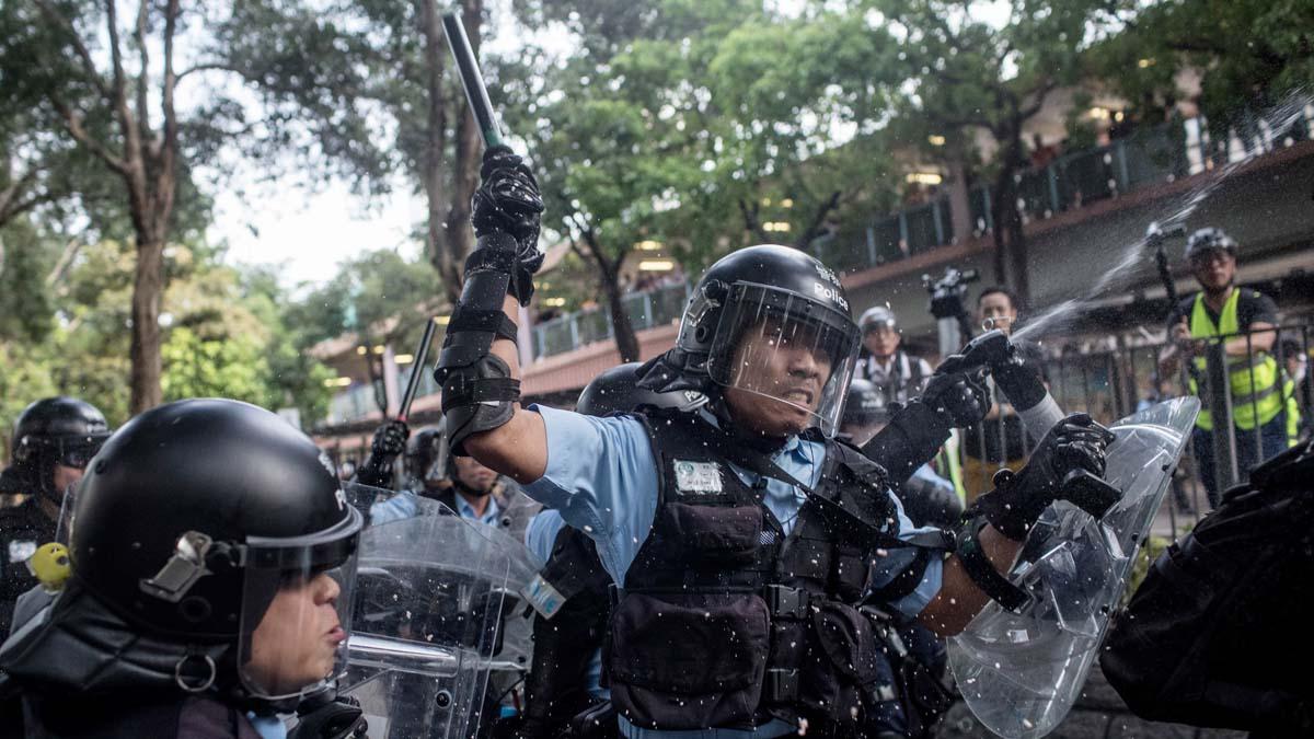 圖為香港示威活動中,警察手舞警棍,衝向抗議者。 (Chris McGrath/Getty Images)