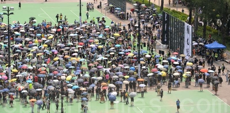 約有千人聚集出席在維多利亞公園舉行的「反送中」集會。(宋碧龍/大紀元)