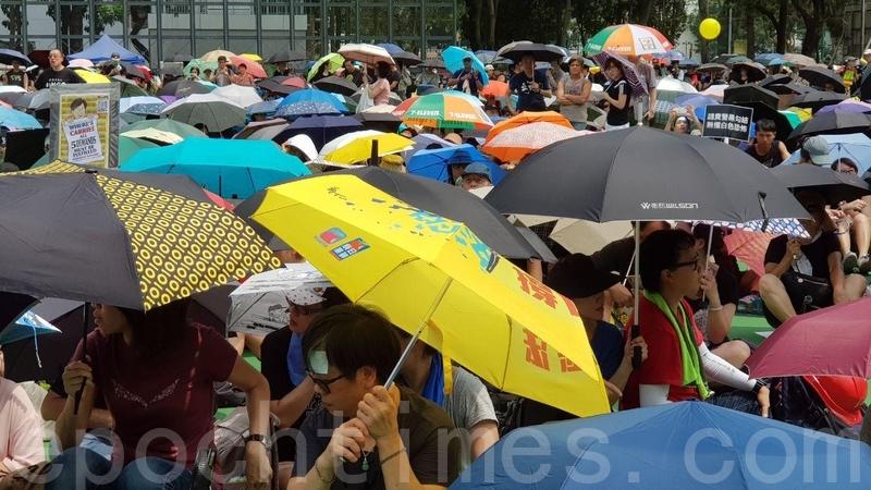 雖然天文台發出酷熱天氣警告,但不少市民仍然無懼高溫出席集會。(駱亞/大紀元)