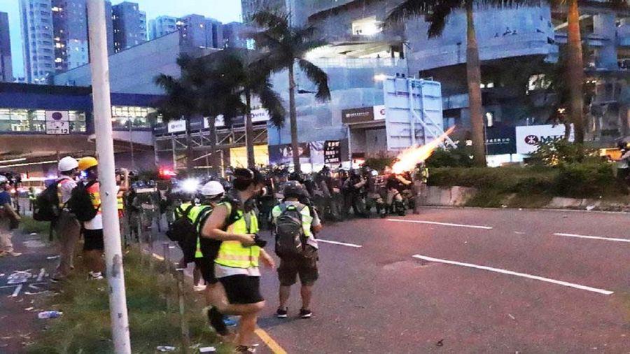 香港10日大埔遊行結束後,部份示威者轉往大圍交通要道架設路障。晚間7時許,防暴警察高舉黑旗警告後,隨即施放多枚催淚彈驅離。示威者則撤退到大圍火車站巴士總站。(中央社)