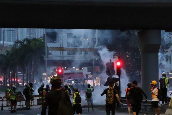 香港防暴警察10日晚間7時許,在大圍快速清場,驅散架設路障的示威者。期間密集施放多枚催淚彈,現場煙霧瀰漫。(中央社)